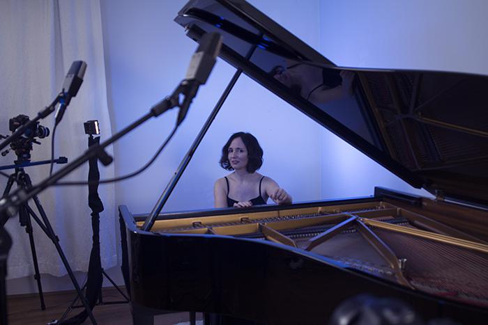 Musik-Video Produktion im Tonstudio von Artis Mastering mit Steinway-Flügel und blauen Lichteffekten